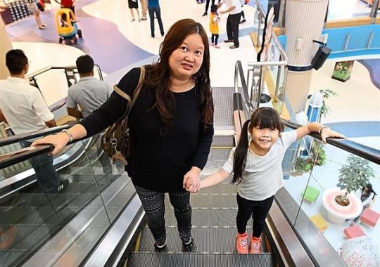 Hướng dẫn cho bé đi thang cuốn an toàn cha mẹ cần ghi nhớ